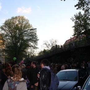 ベルリン出張2015春夏3-6「クロイツベルクのフェス」(明るい19:00台。皆さんはリベラルなベルリンを朝まで楽しむのでしょう)