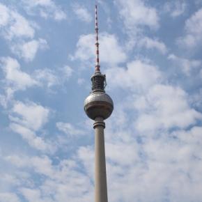 ベルリン出張2015春夏1-6「旅の持ち物とコナカのシャワークリーンスーツ」(アレクサンダープラッツのTV塔 Berliner Fernsehturm)