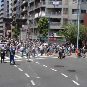 「はとバスに乗って東京観光」(三社祭の様子)