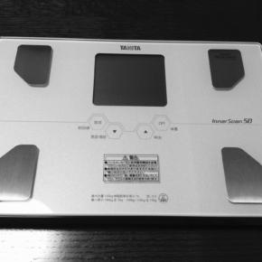 二種の体温計と血圧計とタニタの体組成計