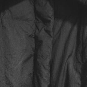 室内でダウンコートを着る